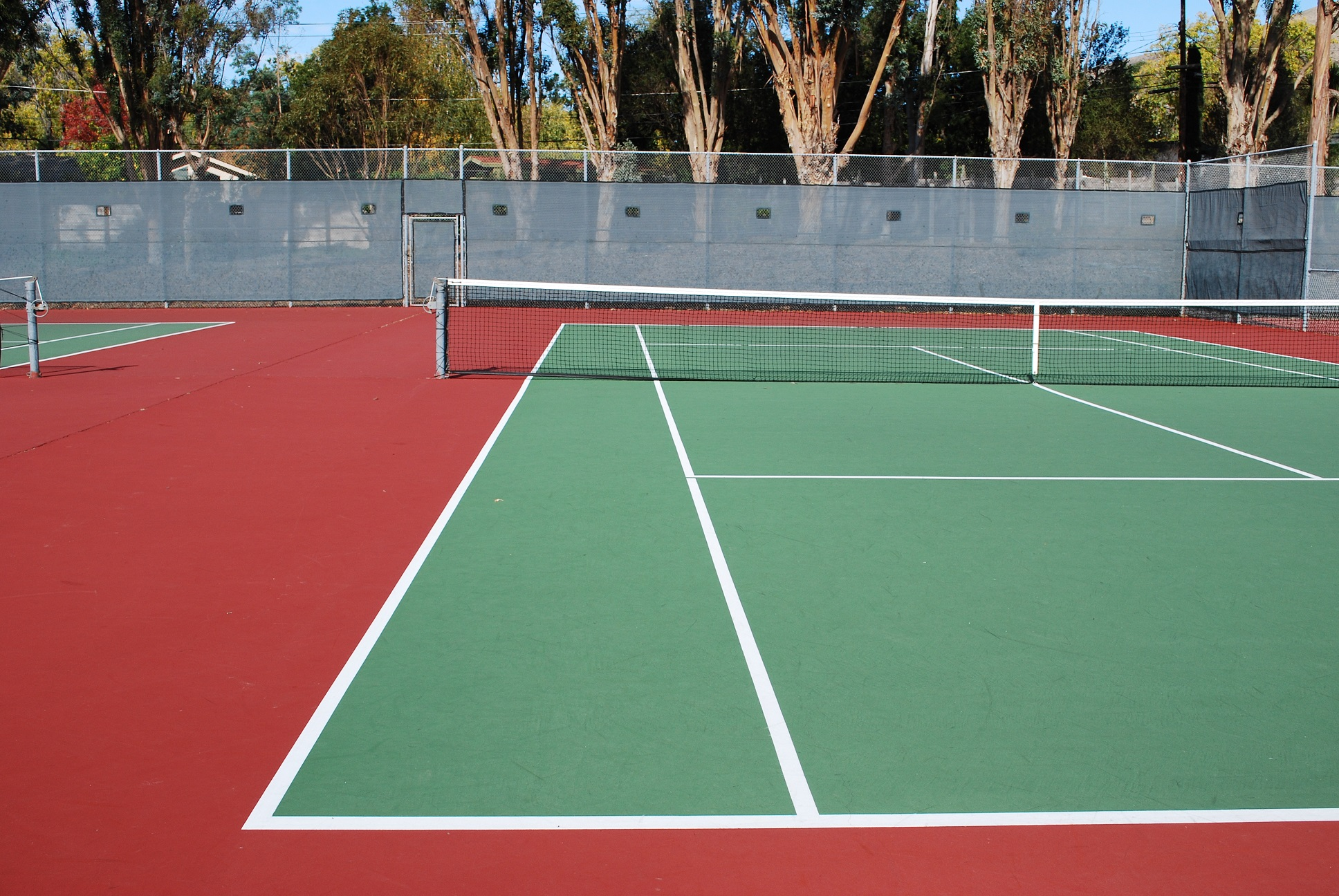 Por qué es bueno limpiar una cancha de tenis rápida?
