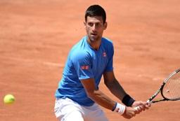 Novak Djokovic le tiende una mano a Nico Jarry: