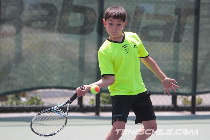 Estolaza irrumpe en el Circuito Tenis 10 con 3 títulos en cancha naranja